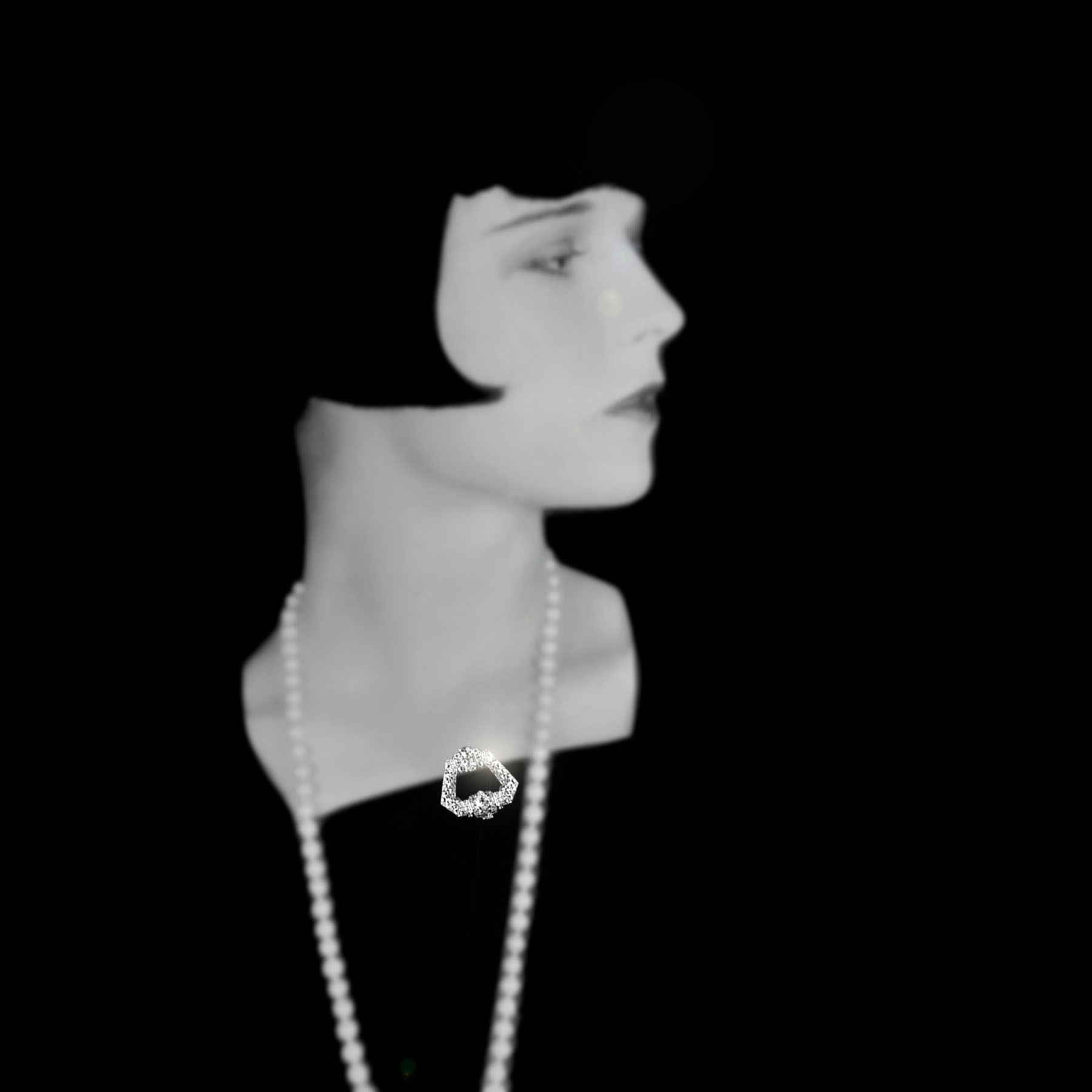 アンティーククリップブローチを着けたルイーズ・ブルックス 画像はイメージです。