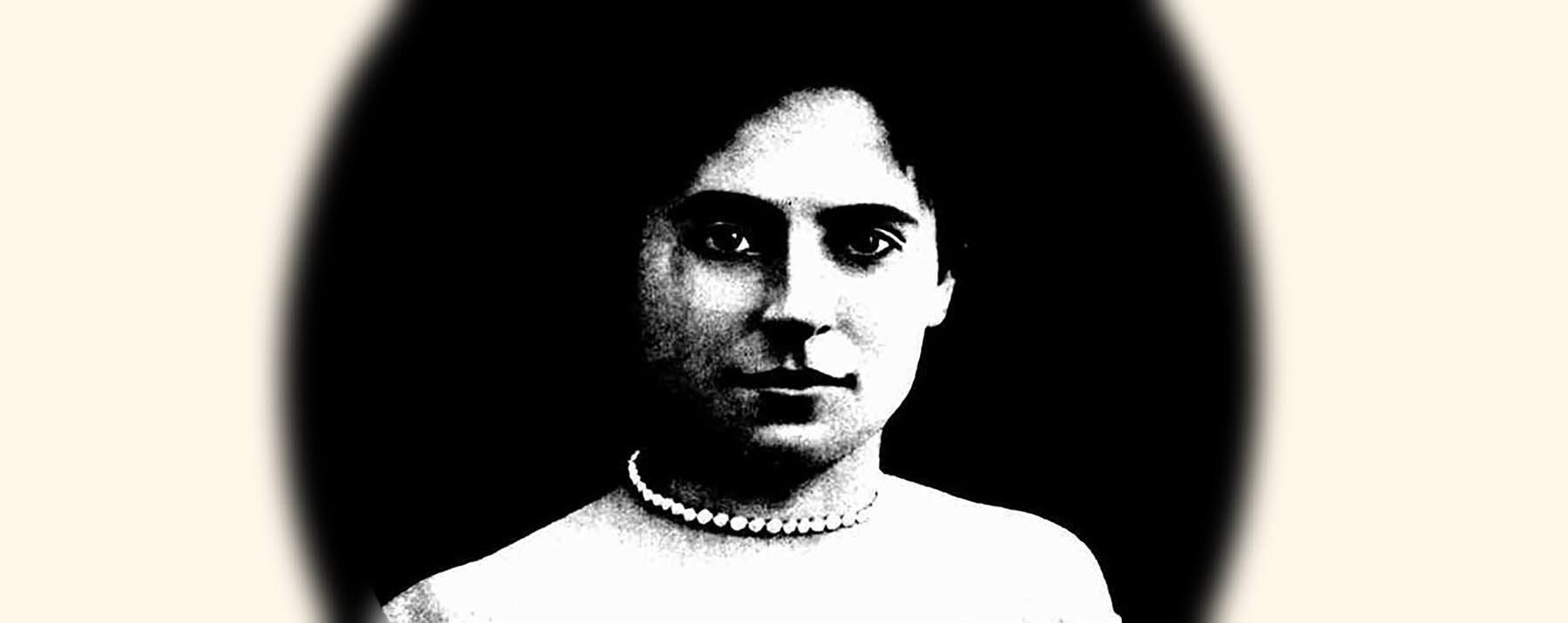 真珠のネックレスを着けたヘレナ・ルビンスタイン