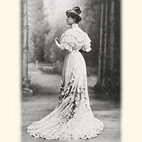 ベルエポック期のダイヤモンドのアンティークジュエリーを着けたドレスの貴婦人