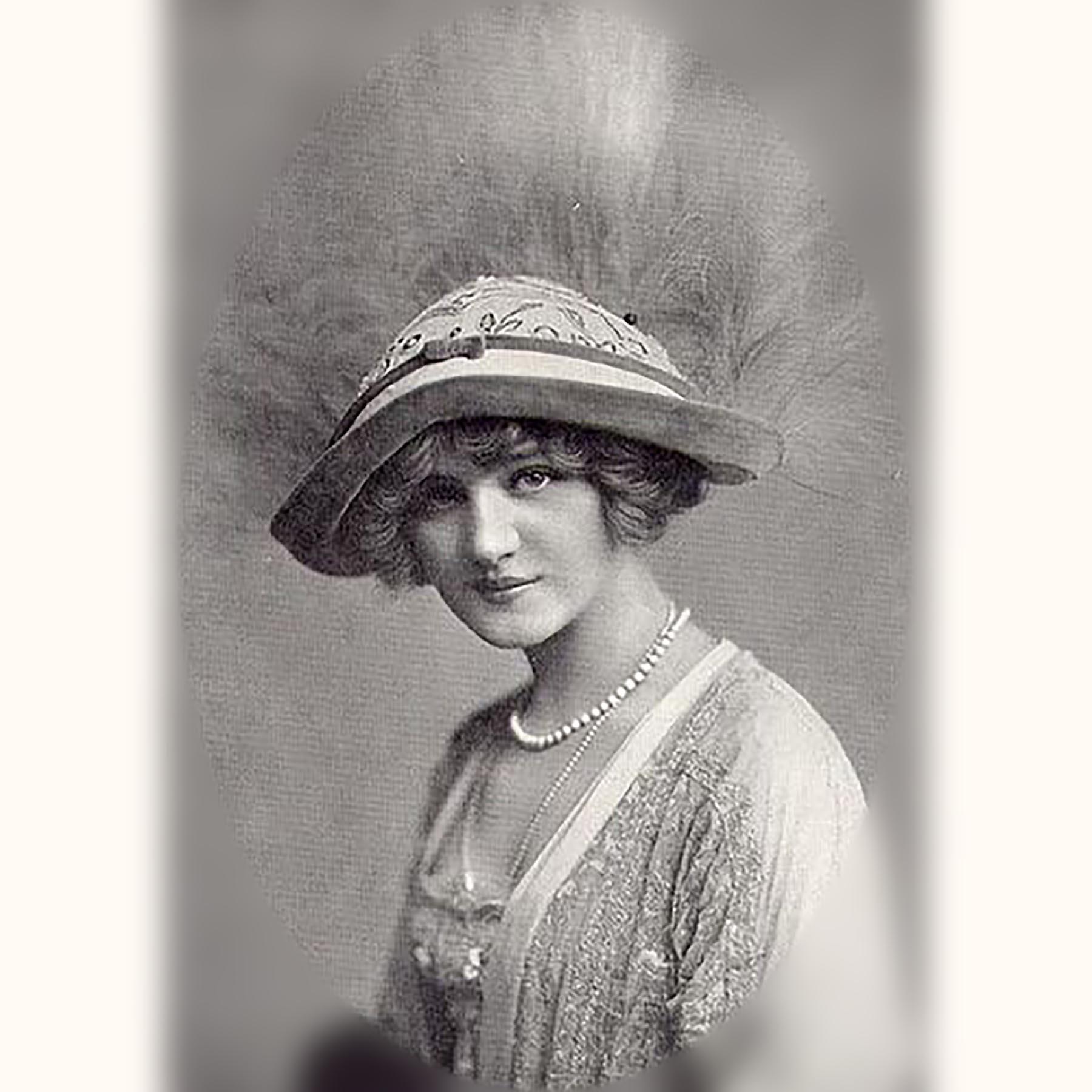 真珠のネックレスを着けた英国女優リリー・エルシー