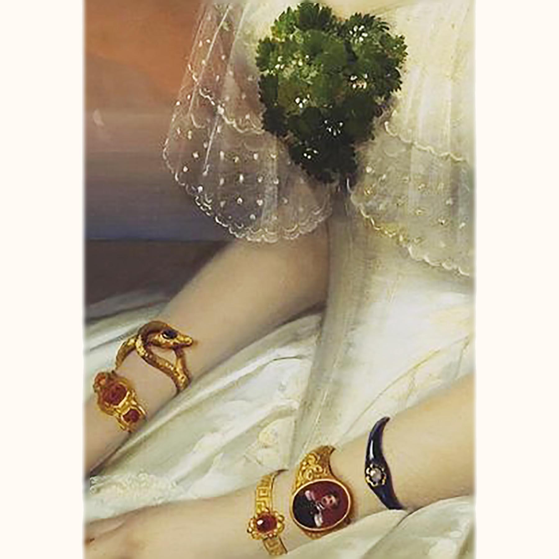 蛇のアンティークブレスレットを着けるロシアの貴婦人