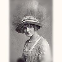 ショーメ アンティークジュエリー真珠のネックレスを着けている女性